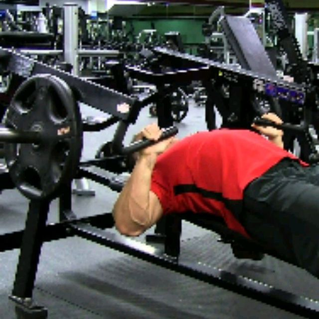 How to do: Flat Bench Machine 10-12 - Step 3