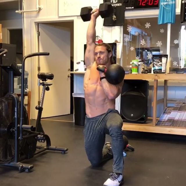 How to do: Sitting Lunge Single Arm Shoulder press - Step 1