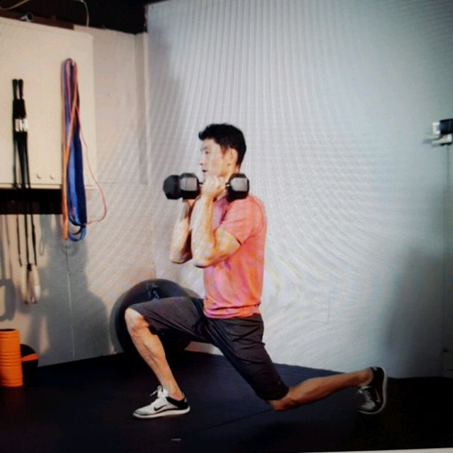 How to do: Lunges With Alternating Press Ups - Step 2