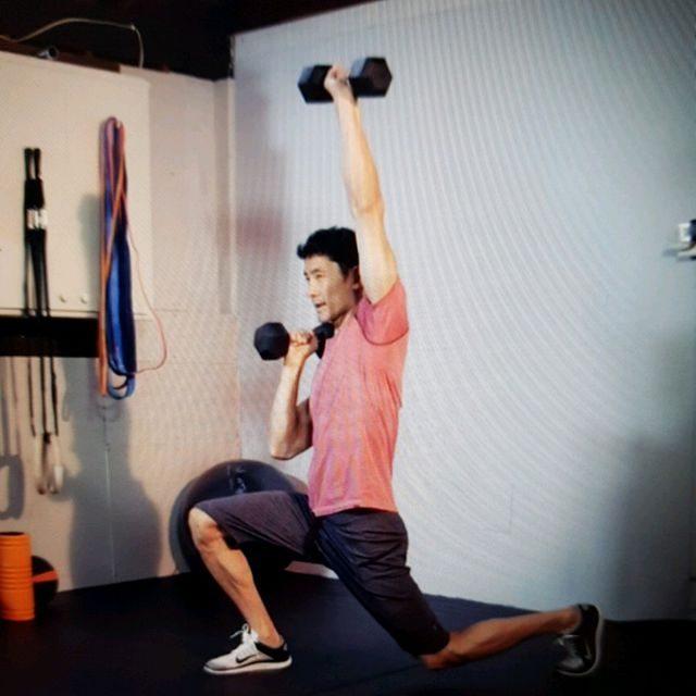 How to do: Lunges With Alternating Press Ups - Step 3