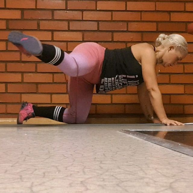 How to do: Glute Combo Kickbacks With Resistance Band - Step 2