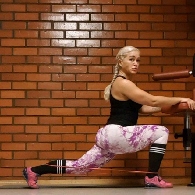 How to do: Reverse Low Lunges With Resistance Band - Step 2