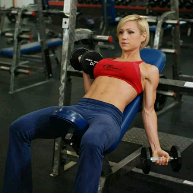 How to do: Alternate Incline Dumbbell Curl - Step 1