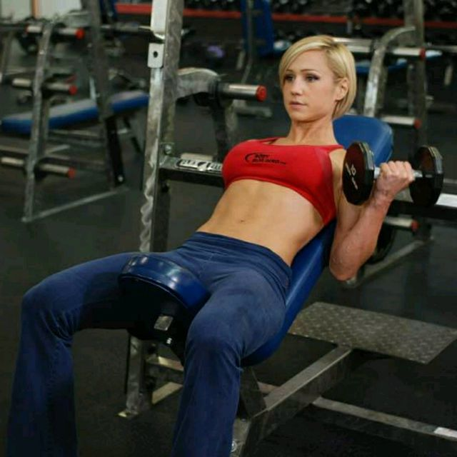 How to do: Alternate Incline Dumbbell Curl - Step 2