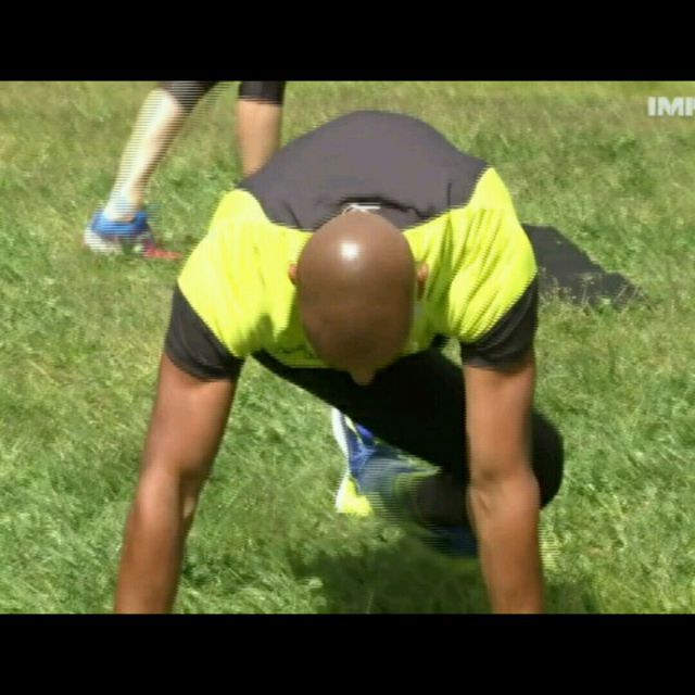How to do: Opposite Knee To Elbow Plank - Step 2