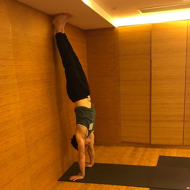 How to do: Kick Up Wall Handstand - Step 1