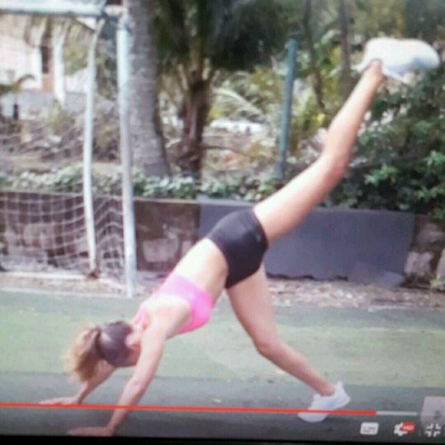 How to do: Shoulder Push Up + Beine Re/li Hoch - Step 2