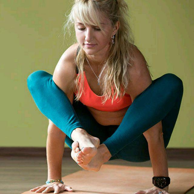 How to do: Bhujapidasana / Shoulder-pressing Pose - Step 1