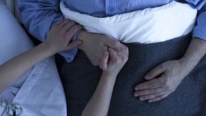 infirmière tenant la main