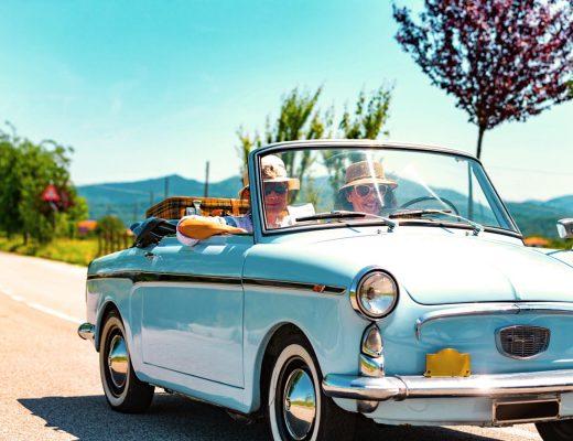 pareja viajando en carro