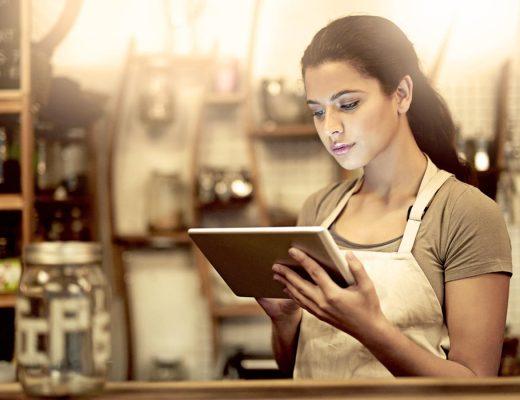 Mujer emprendedora mirando su tablet