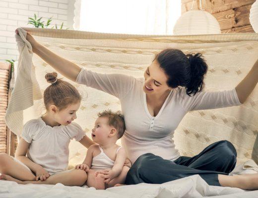 Madre e hija jugando en casa