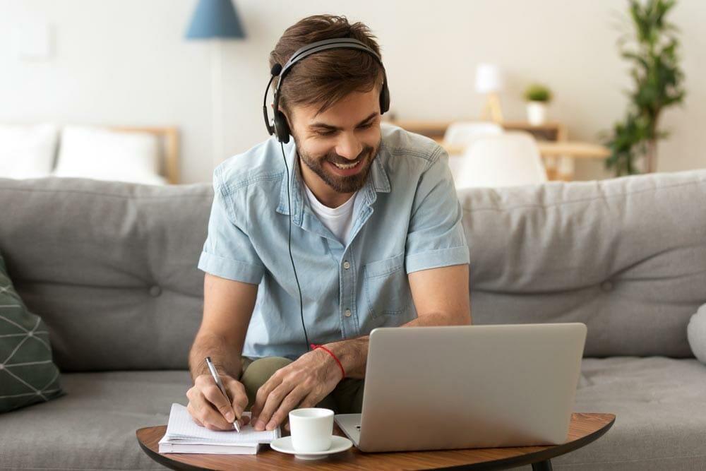 hombre-estudiando-para-reinventarse-en-el-ambito-laboral