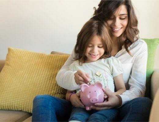 mama niña ahorrar dinero