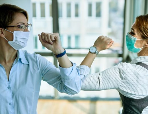 mujeres-saludandose-en-epoca-de-pandemia