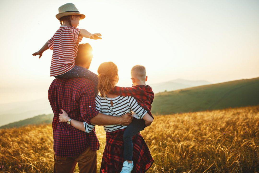 Familia en medio de la naturaleza