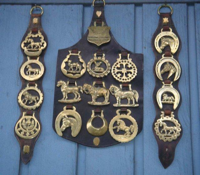British ANTIQUE ROADSHOW Artifacts  ~~ ESTATE Metalware ANTIQUE HORSE BRASSES 18 pcs  Circa 1890-1902 LARGE LEATHER SHIELD  MERIT Badge T.Moy Ltd  To: Jeff -Best Suffolk Horse. FELIXSTOWE+District  Horse Parade Society BRITISH HISTORICAL  Artifact