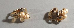 Clip earrings 3 pearl and gold, tiny.