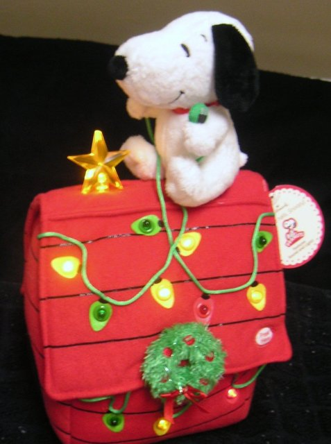 Deck the Halls SNOOPY~Hallmark Christmas Light & Sound Plush Doghouse NEW