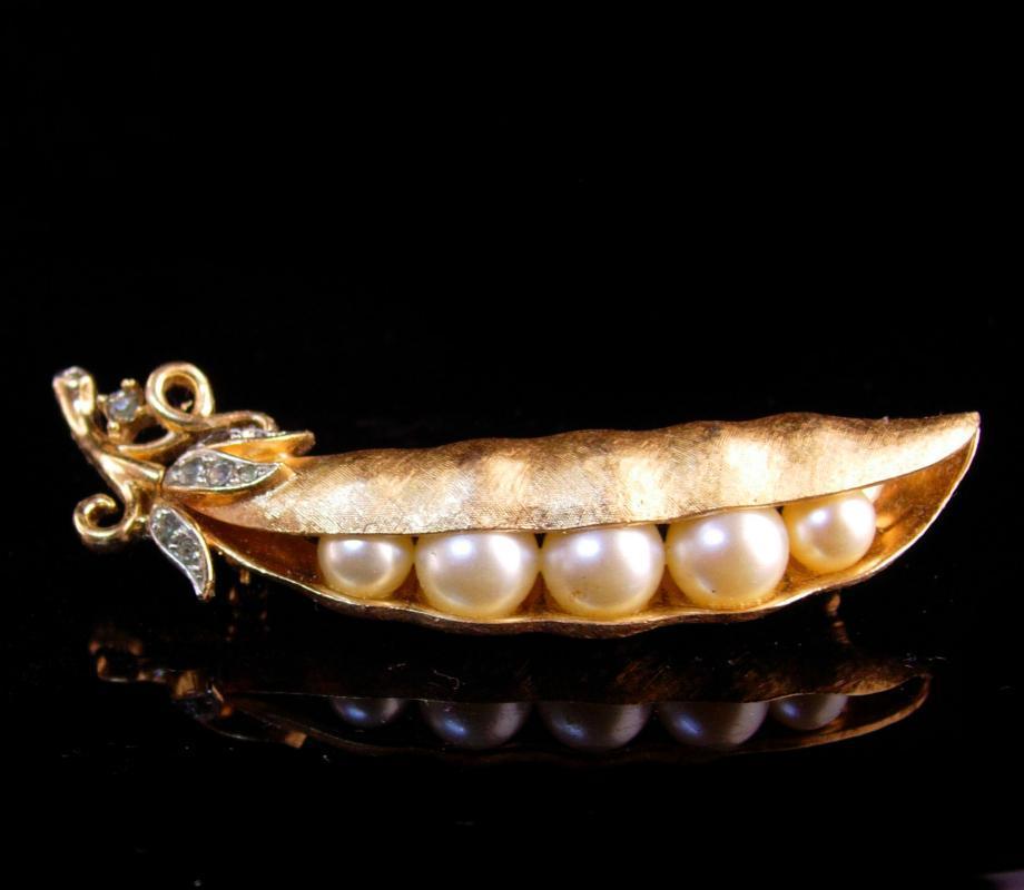 Vintage Crown Trifari brooch - golden pea pod - Figural pea pod lapel pin - peapod brooch - estate couture  jewelry
