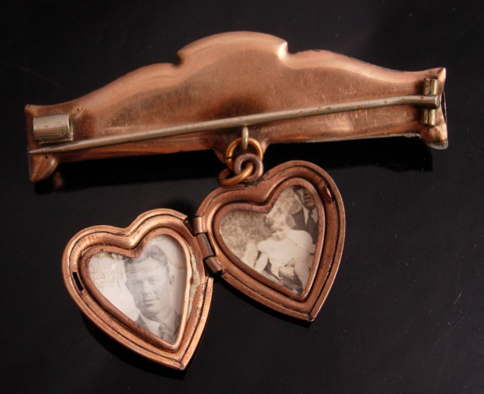 Antique heart Locket - Vintage rose gold filled lapel pin -  Victorian keepsake - Etched design - anniversary gift - wedding locket