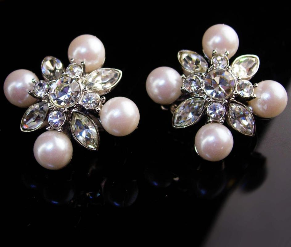 Vintage Statement jewelry - Monet Rhinestones earrings - Wedding jewelry - silver clip on - original card - flip comfort back
