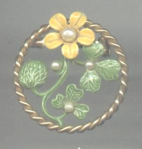 Brooch/Pin RND W/Enameled Flower&Leaves W/Faux PearlAccents Inside Goldtone Twisted Frame