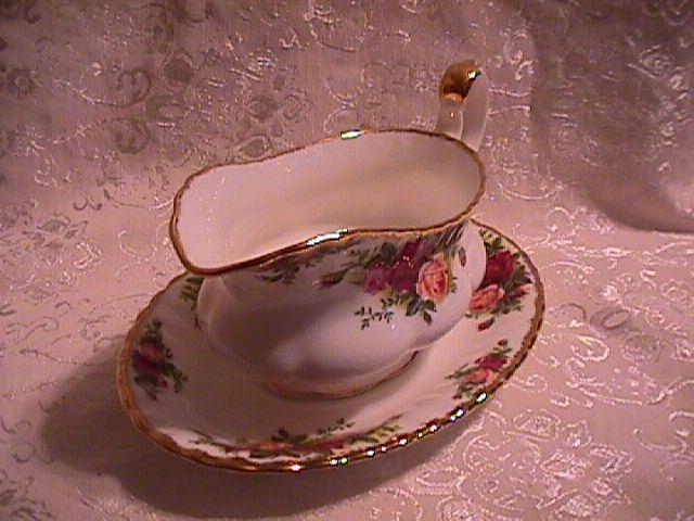 OLD COUNTRY ROSES GRAVY BOAT & LINER BY: ROYAL ALBERT 1962
