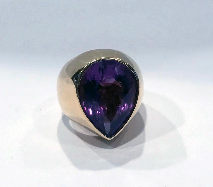 1970's 18K Amethyst large Ring.