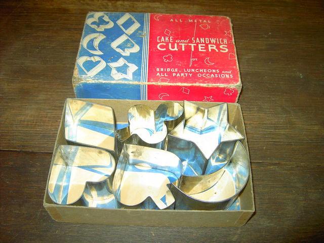 COOKIE CAKE CUTTER MOON DIAMOND HEART SPADE CLUB SHAPE SANDWICH FORMING KITCHEN UTENSIL ORIGINAL BOX