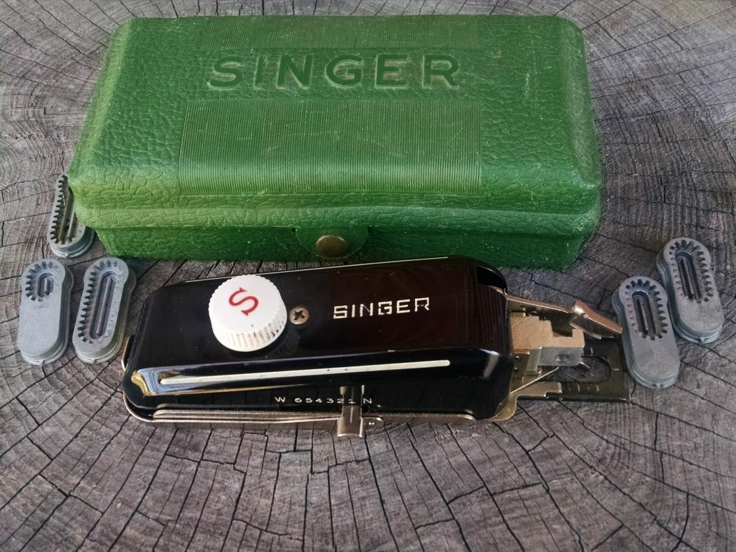 Singer sewing machine accessory buttonhole Attachment Tool alteration set original advertising green plastic box