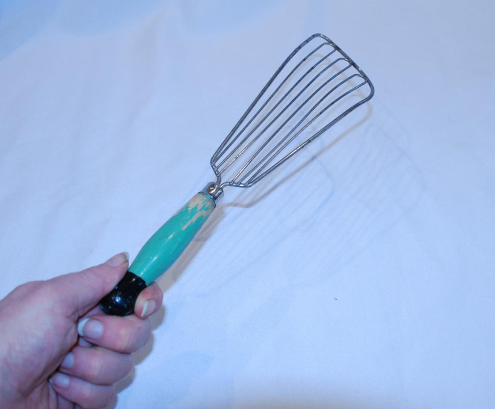 VINTAGE LARGE WHISK/FISH WIRE SPATULA VINTAGE GREEN WOOD HANDLE KITCHEN TOOL