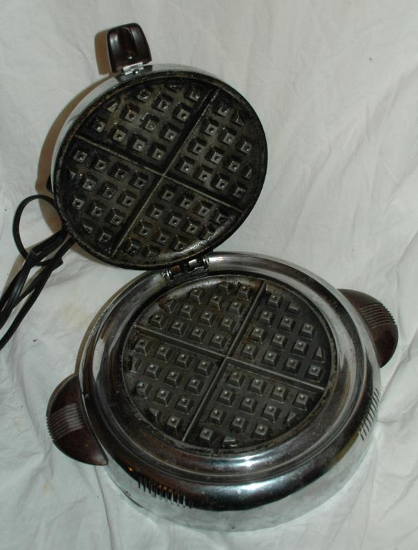 ART DECO GENERAL ELECTRIC GE WAFFLE IRON MAKER/ Round with Bakelite handles/  550 WATTS CAT. NO. 119W4