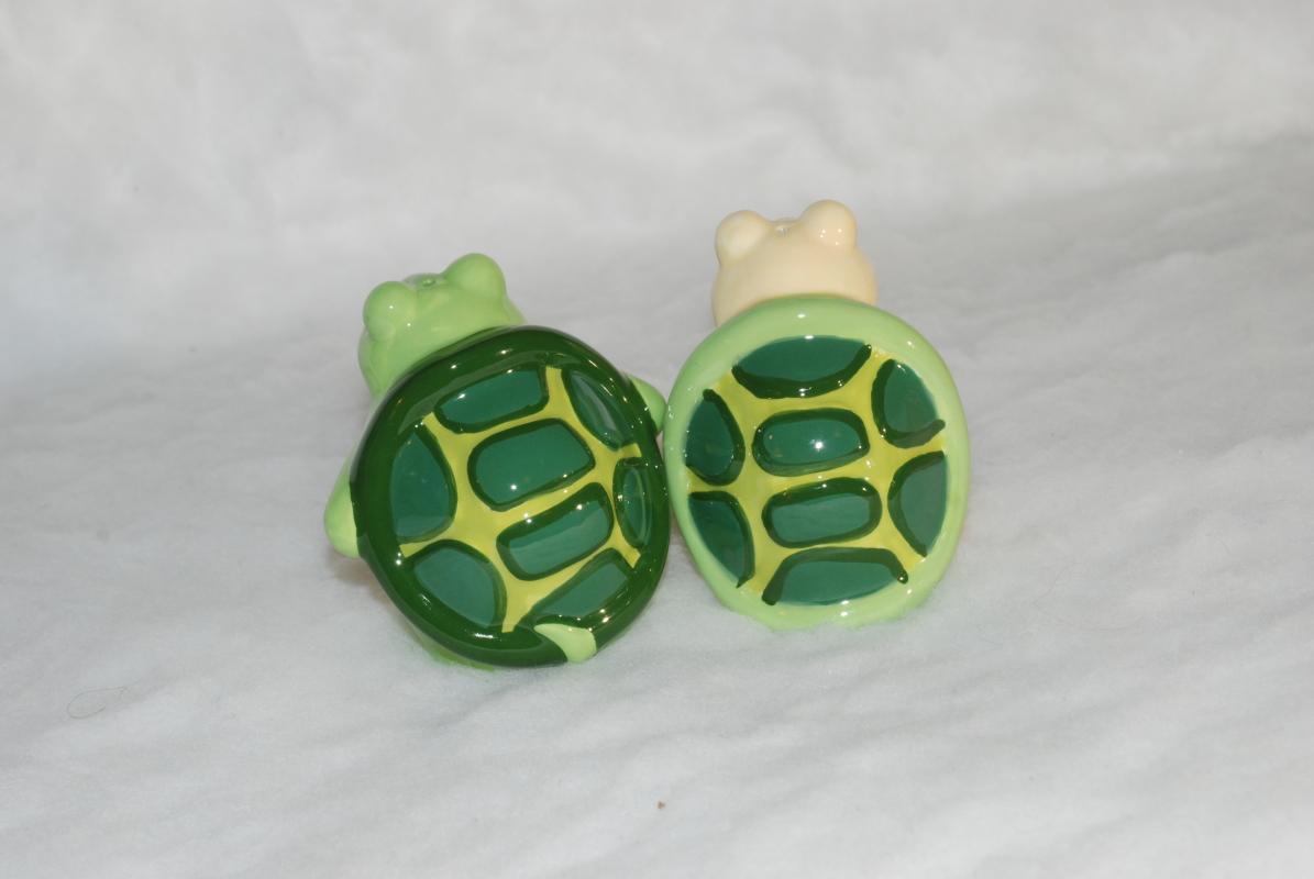 Topsy Turvy Magnetic Turtle Salt & Pepper Shakers Kiss on the Cheek