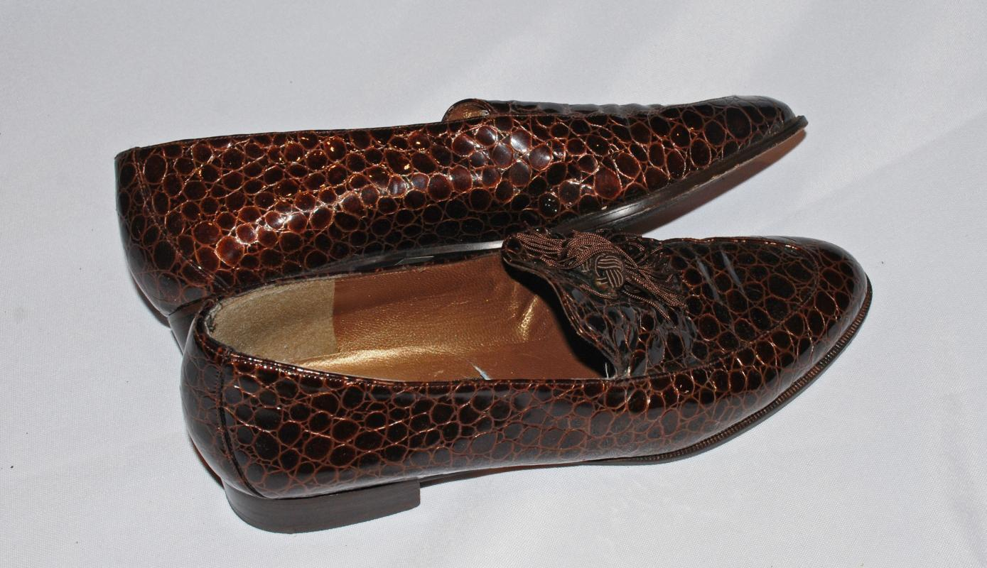 Stuart Weiztman 9 S Vintage Brown Moc Crocodile  Loafers with Tassels