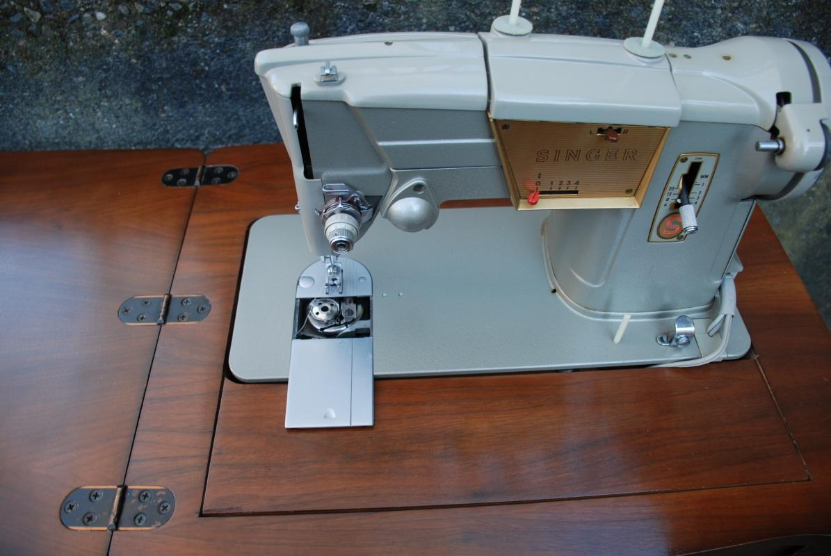 VINTAGE SEMI INDUSTRIAL SINGER STYLE-O-MATIC 328K ELECTRIC SEWING MACHINE in cabinet with knee control & accessories.