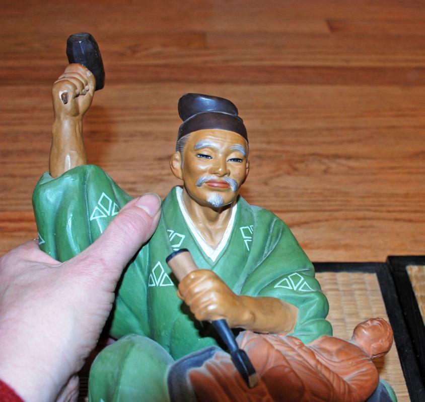VINTAGE HAKATA URASAKI DOLL SEATED MAN CARVING BUDDHA   FIGURINE JAPAN with mat