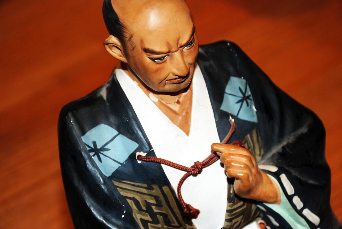 VINTAGE VINTAGE 1950'S HAKATA URASAKI SAMURAI DOLL FIGURINE HAND-PAINTED IN JAPAN