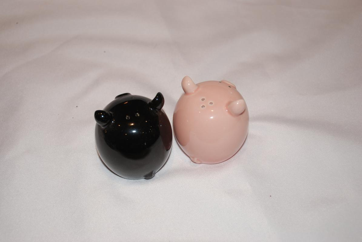 Piggy  Salt and Pepper Shakers Set Black and Pink Round    This Lil' Piggy Salt and Pepper  by Del Rey