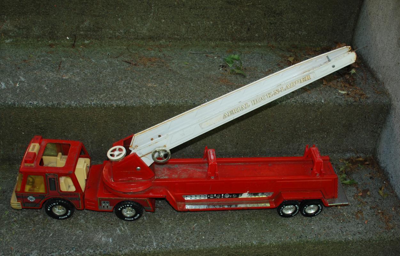 VINTAGE NYLINT METAL CLASSIC AERIAL HOOK-N-LADDER ENGINE FIRE TRUCK 61108-5491