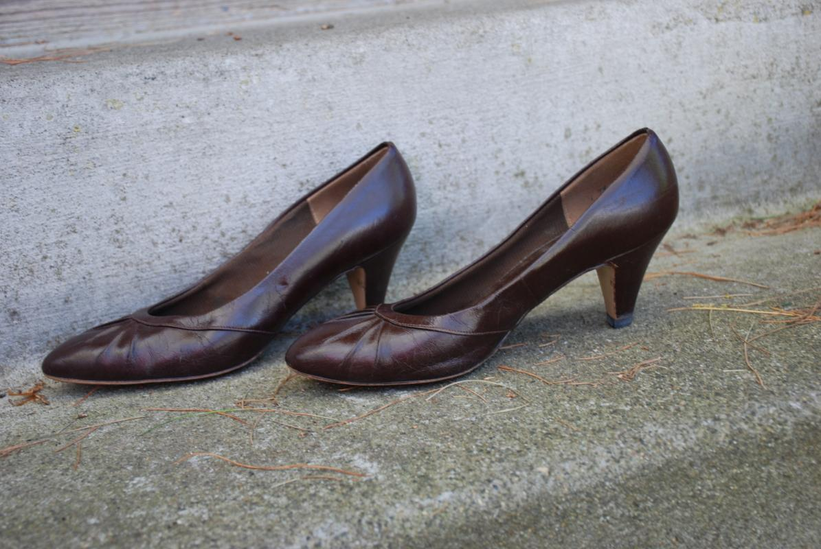 Vintage Red Cross Shoes Women's Pleated Brown Pumps size 7.5 B/A.