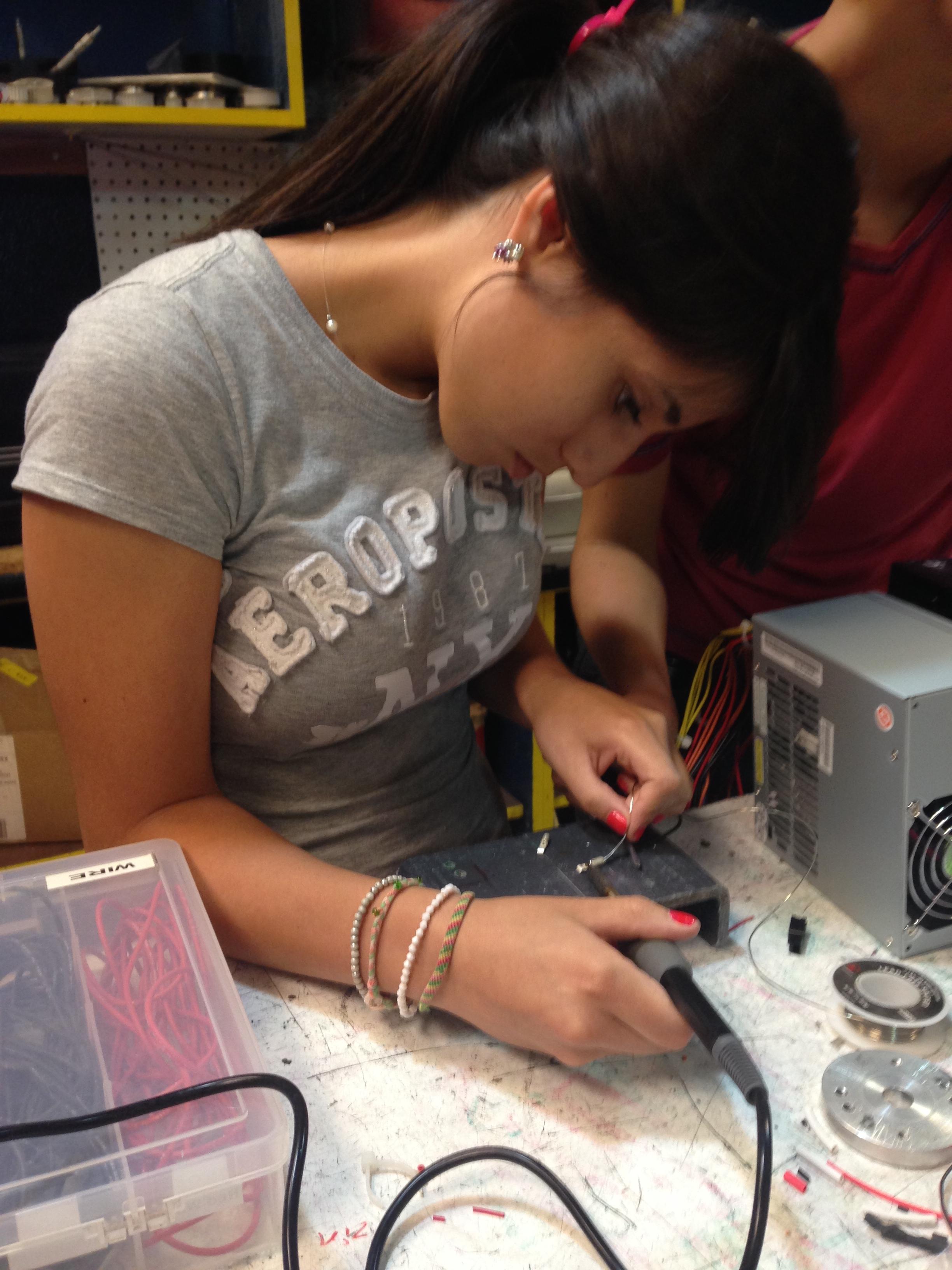 Caption: Dianna Valenzuela working on a robot., Credit: Valeria Fernandez / Radio Bilingüe