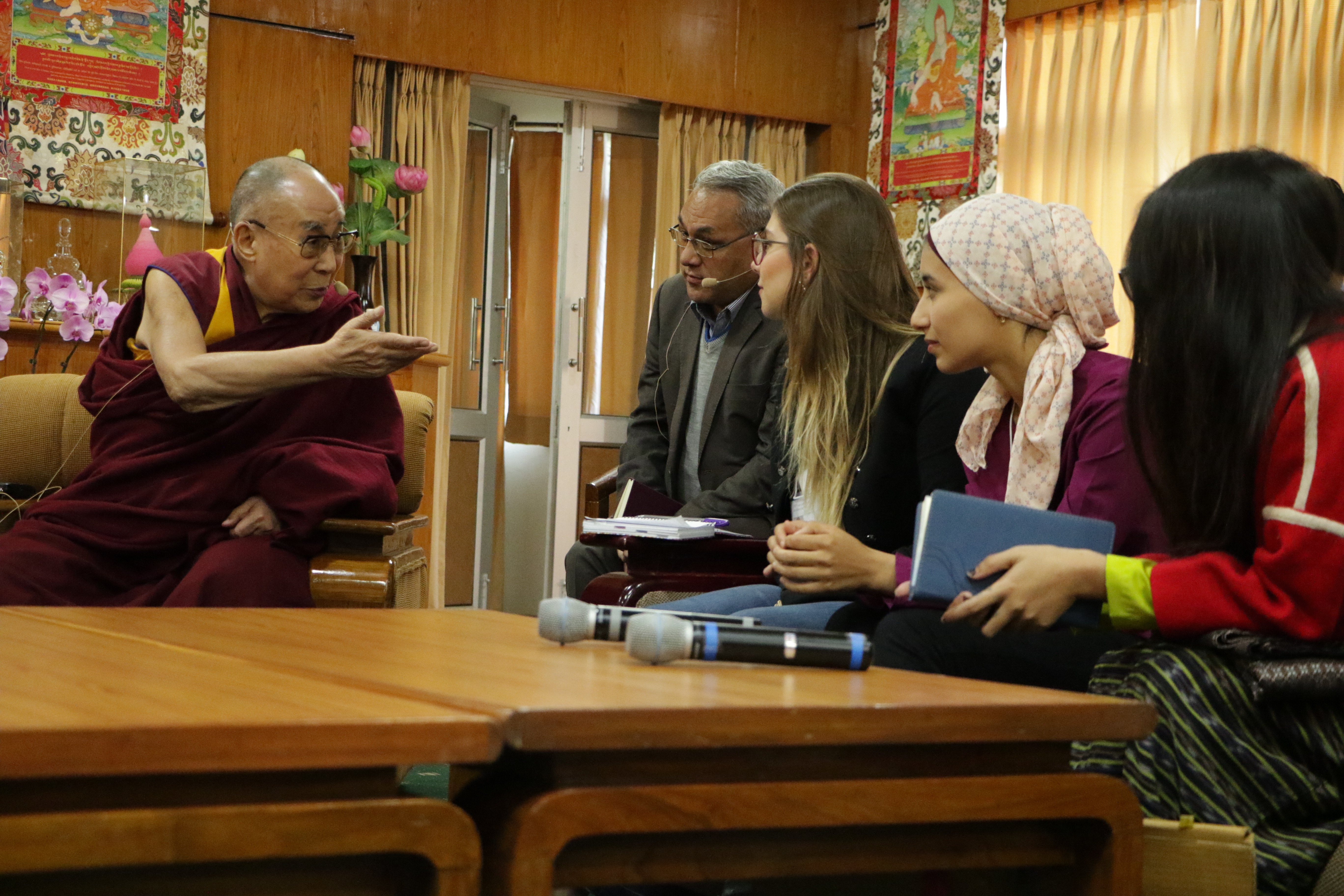 Caption: The Dalai Lama meets with USIP Youth Leaders, Credit: Rohini Das/USIP