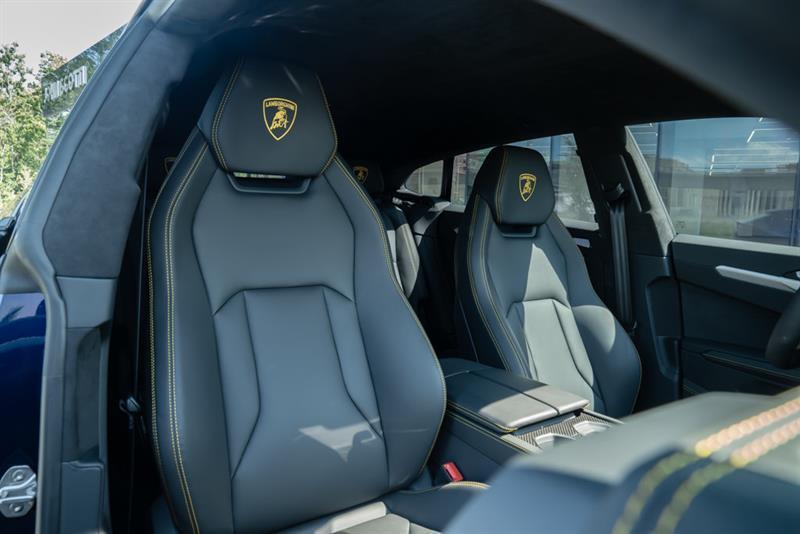 Lamborghini Urus 12