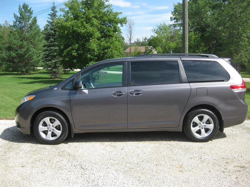 2012 Toyota Sienna LE 1 Owner #P  9739