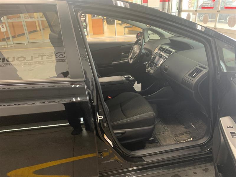 Toyota Prius V 14