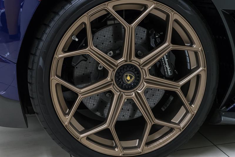 Lamborghini Aventador 12
