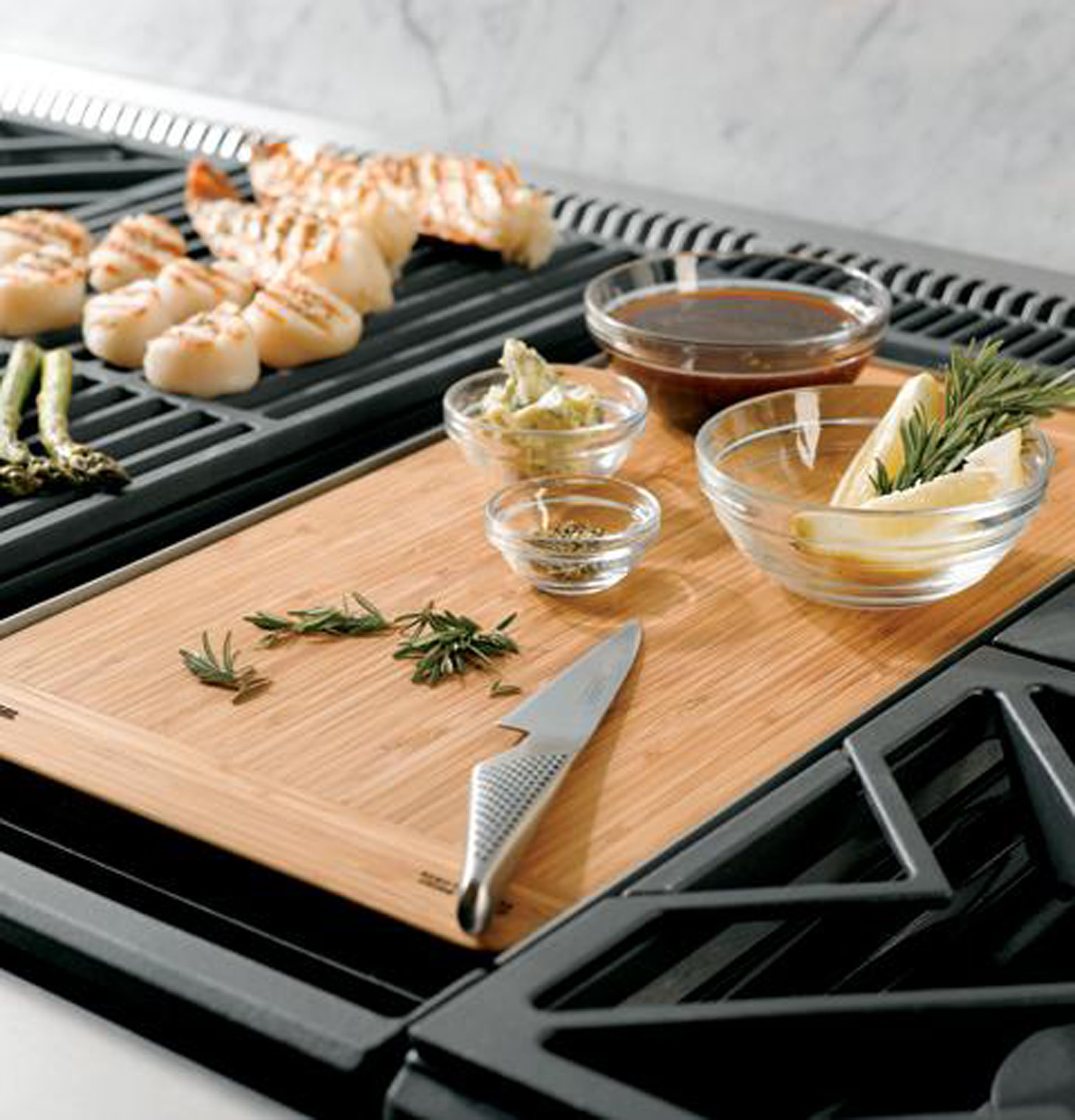 "Model: ZGU364NDPSS | Monogram Monogram 36"" Professional Gas Rangetop with 4 Burners and Griddle (Natural Gas)"