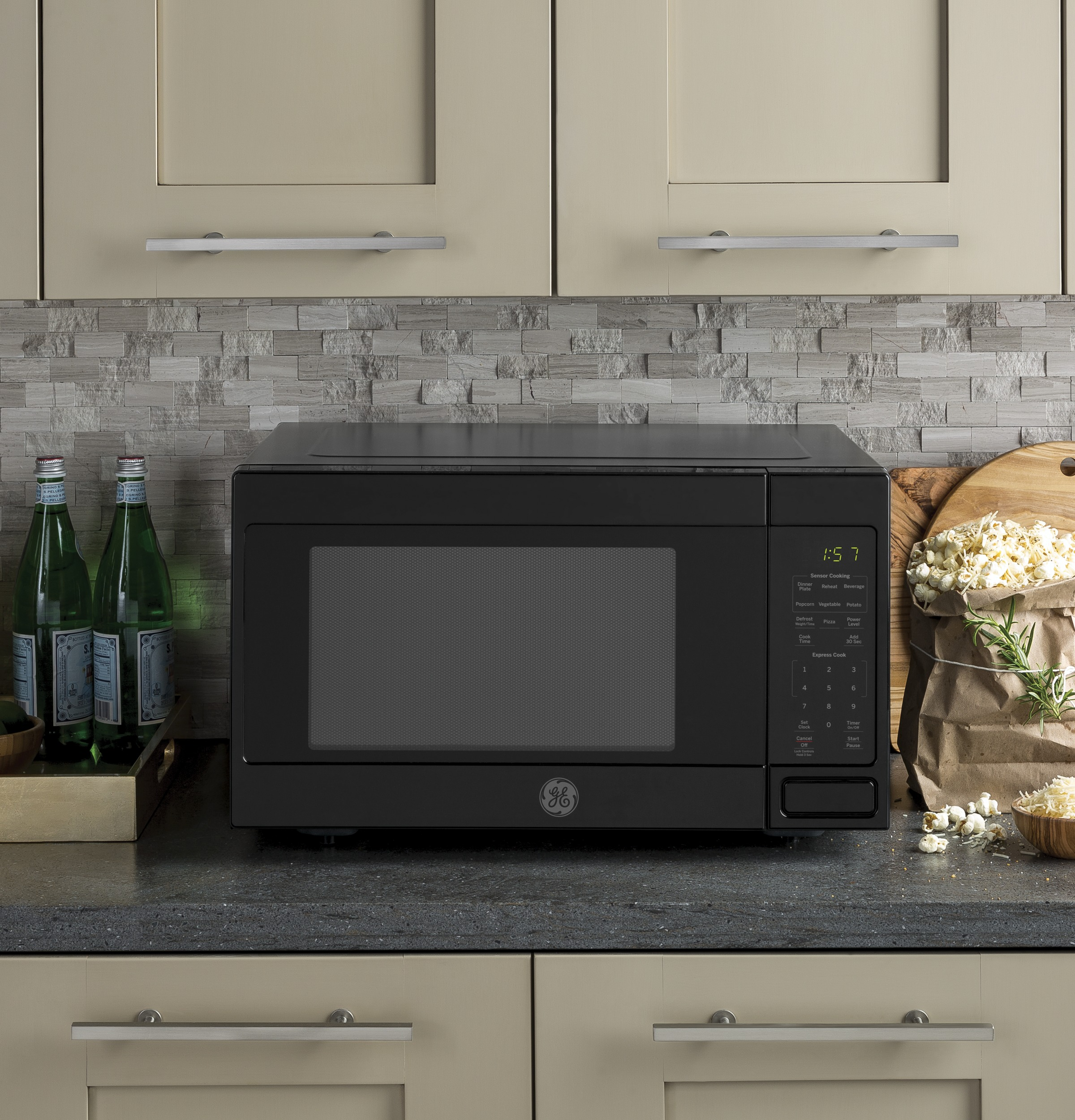 Model: JES1657DMBB | GE GE® 1.6 Cu. Ft. Countertop Microwave Oven