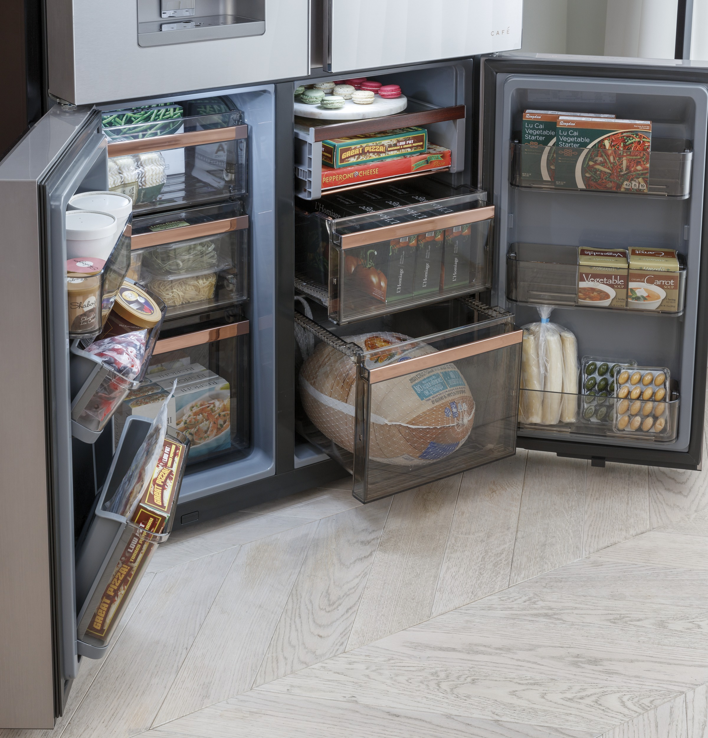 Model: CQE28DM5NS5 | Cafe Café™ ENERGY STAR® 27.4 Cu. Ft. Smart Quad-Door Refrigerator in Platinum Glass